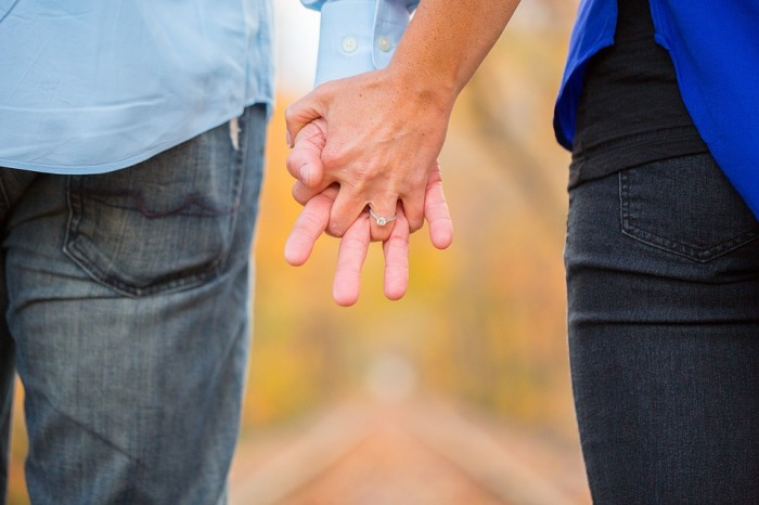 holding-hands-2180640_960_720